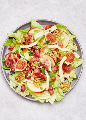 Salade aux figues, pommes, fromage de brebis, gésiers et noix