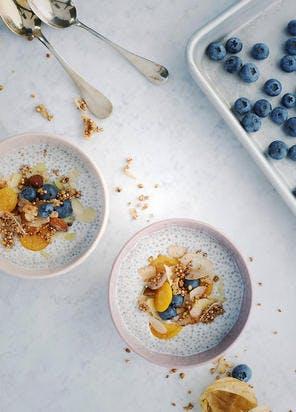 Pudding de graines de chia au lait de coco, fruits et granola