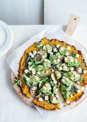 Pizza à la carotte au pesto, courgette et feta