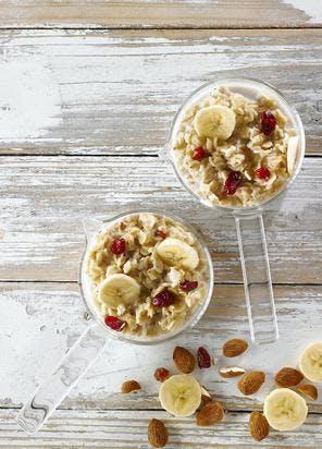 Porridge aux flocons d'avoine, amandes, bananes et cranberries