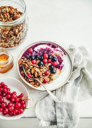 Labneh au miel, compotée de groseilles, cassis et granola