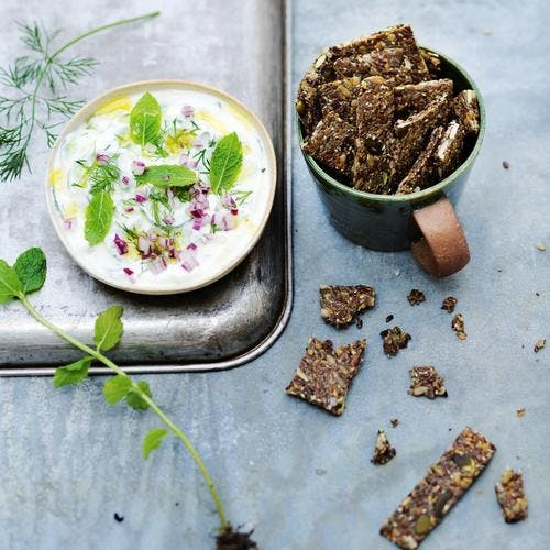 Crackers salés aux graines et salade de yaourt au concombre