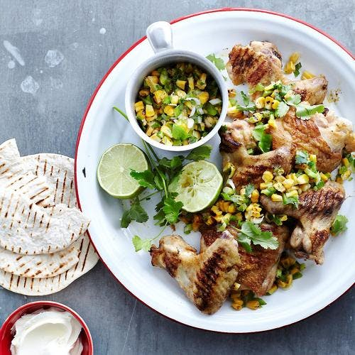 Pilons et ailes de poulet marinés, salade de maïs grillé