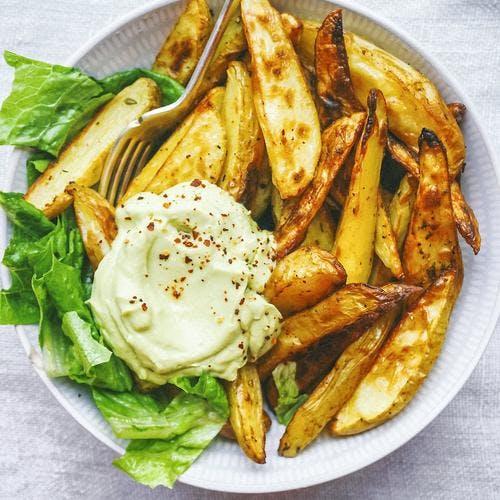 Frites de pommes de terre rôties et crème d'avocat