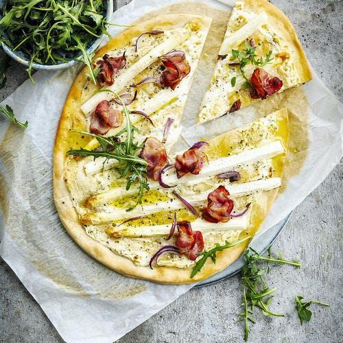 Pizza blanche aux asperges blanches et bacon