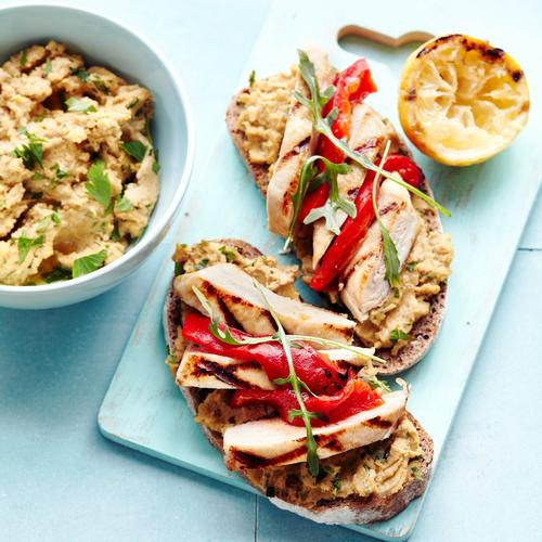 Tartines de pois chiches, poulet grillé et poivron rouge