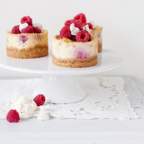 Petits cheesecakes à la meringue et aux framboises