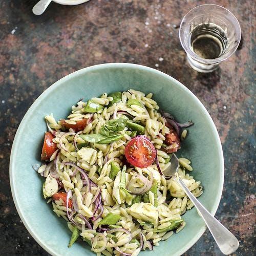 Salade de risoni aux tomates, oignons rouges et basilic