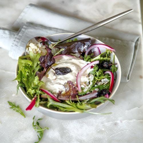 Salade de riz et mesclun, crème de thon, olives noires