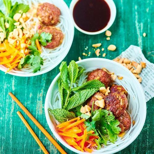 Salade de vermicelles de riz et boulettes de porc