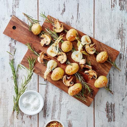 Brochettes de pommes de terre et oignons au romarin