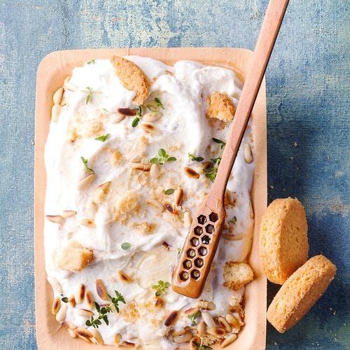 Glace façon cheesecake au thym, miel et pignons