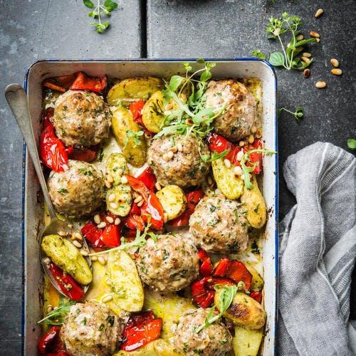Boulettes de volaille aux pommes de terre et poivrons, sauce pesto