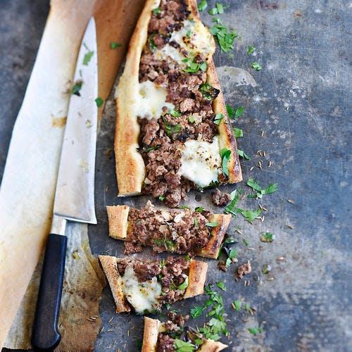 Pizza turque au boeuf haché, mozzarella et cumin