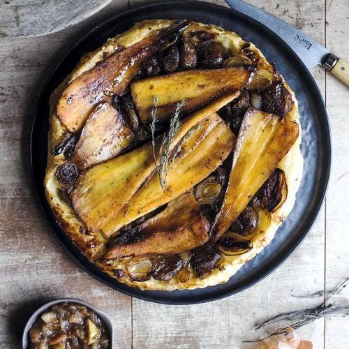 Tarte tatin aux panais, châtaignes et oignons grelots