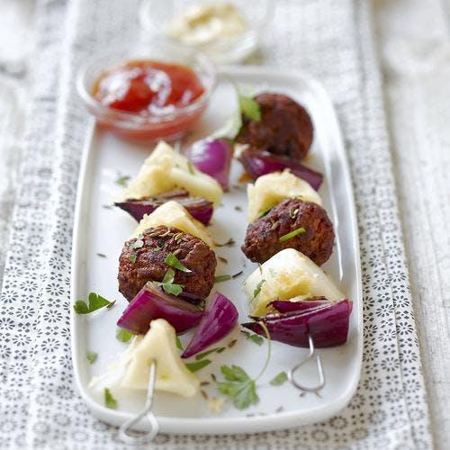 Brochettes de boulettes de viande et fromage