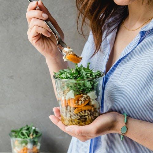 Salade de pâtes en bocal, aux abricots et à la roquette