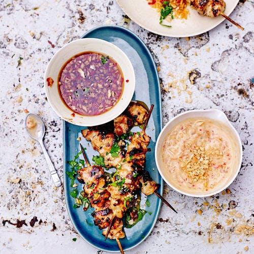 Brochettes de poulet, sauce pimentée et sauce satay