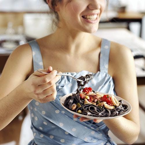 Tagliatelle à l'encre de seiche, calamars et jambon cru