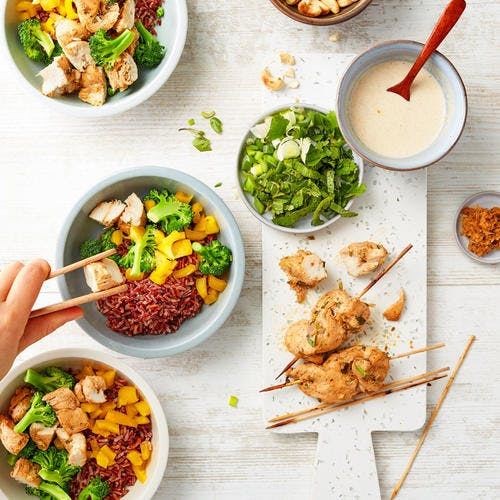 Buddha bowl au poulet à la citronnelle et sauce aux noix de cajou grillées