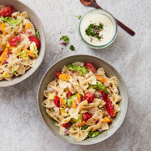 Salade de farfalles aux crudités et sauce au yaourt