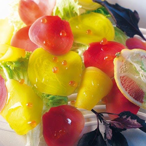 Carpaccio de betteraves, oeufs de saumon, batavia et basilic pourpre