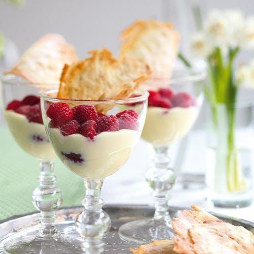 Crème blanche à la framboise et à la cardamome, tuiles d'avoine