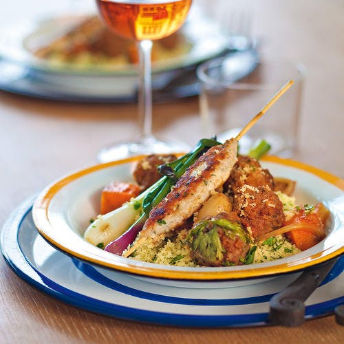 Brochettes de poulet façon kefta et cébettes grillées