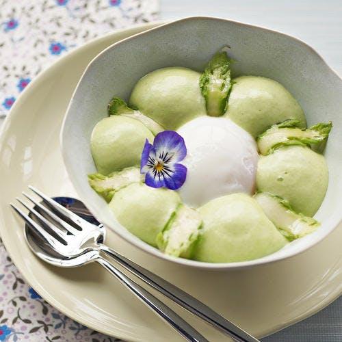 L'œuf de poule et l'asperge verte à l'anis vert, crémeux et croquants d'asperges