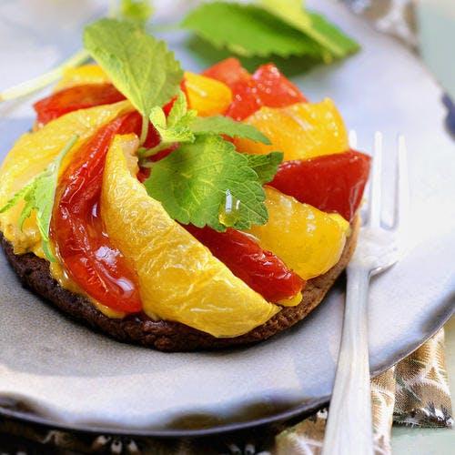 Tartelettes, crème à la mélisse et pétales de tomates confites