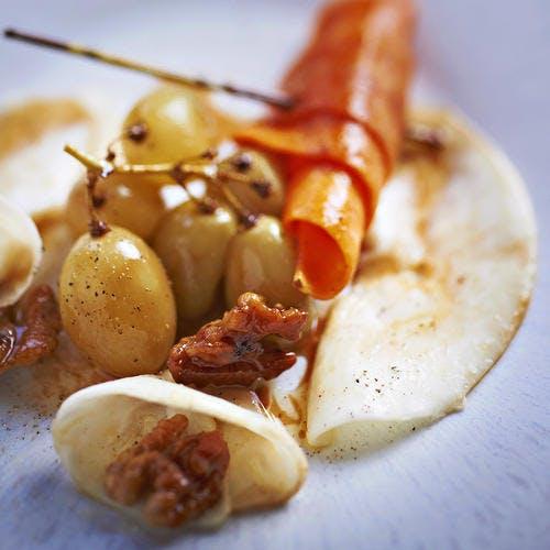 Poêlée de céleri en carpaccio, croissant de potiron, noix et raisins entiers