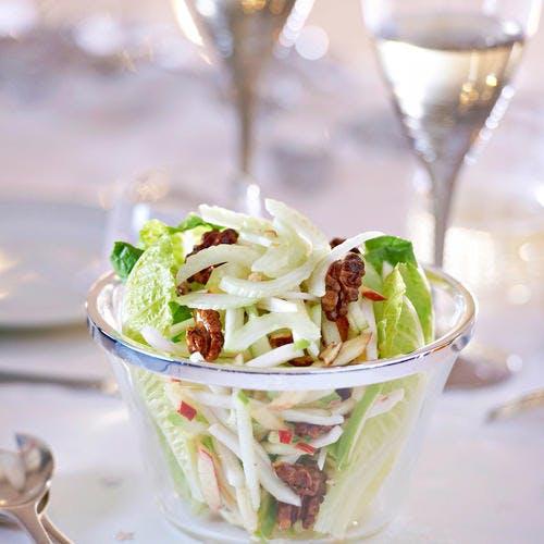 Salade de céleri, pommes et noix confites