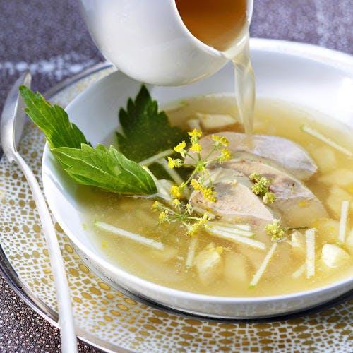 Foie gras poché au bouillon de poule, pommes et céleri