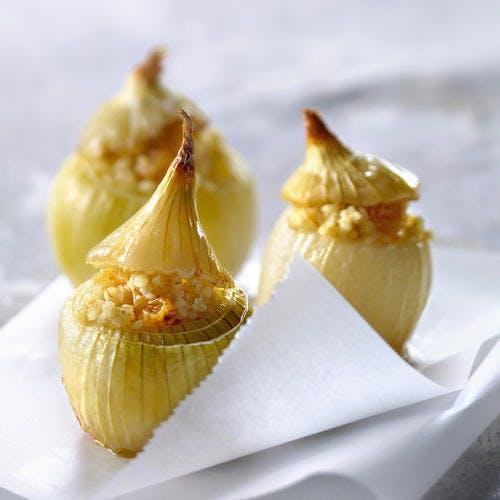 Oignons blancs farcis au boulgour et raisins secs