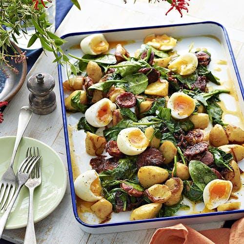Épinards aux pommes de terre sautées, chorizo et œufs
