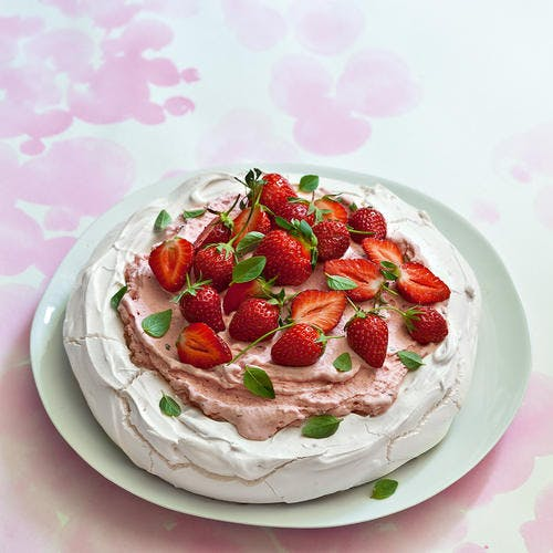 Pavlova glacée, fraises basilic