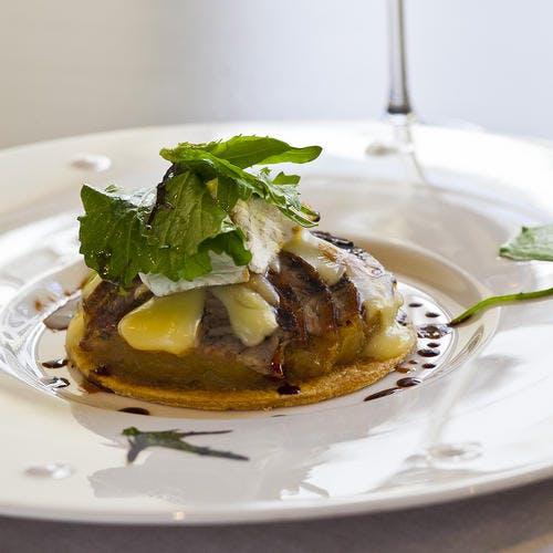 Tarte fine d'andouille de Vire et camembert, marmelade d'oignons