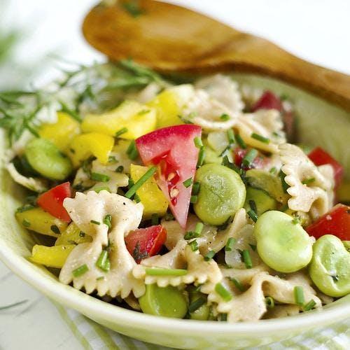 Salade de pâtes, fèves, tomates et herbes fraîches