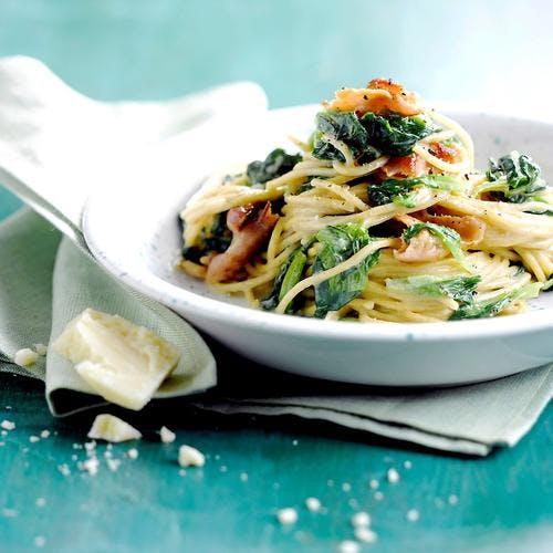 Spaghetti aux pissenlits et à la poitrine fumée