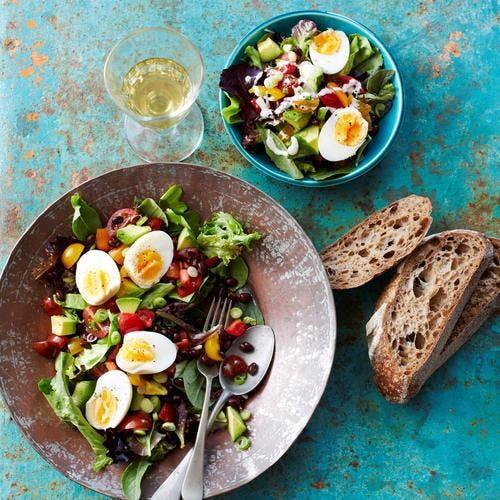 Salade de haricots noirs, tomates et oeufs durs
