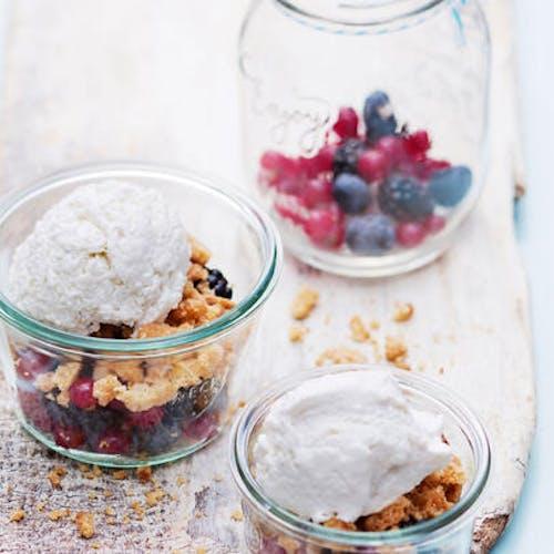 Yaourt glacé aux fruits rouges et crumble d'amandes