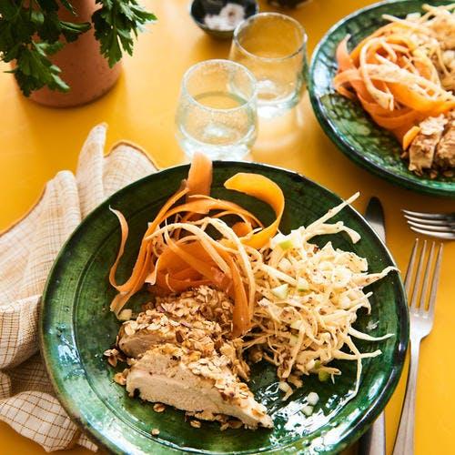 Poulet pané aux flocons d'avoine et coleslaw