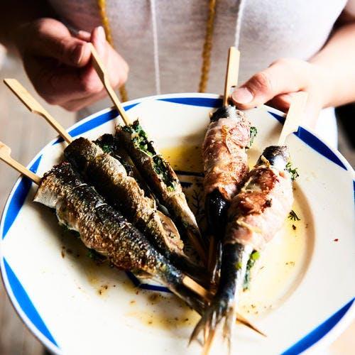 Brochettes de sardines farcies à la gremolata et lard fumé