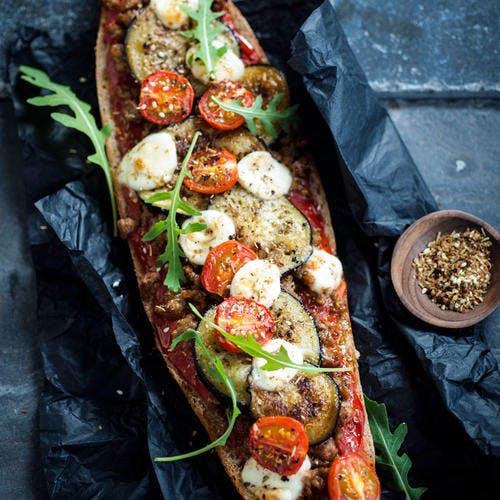 Baguette façon pizza aux aubergines, tomates et mozzarella