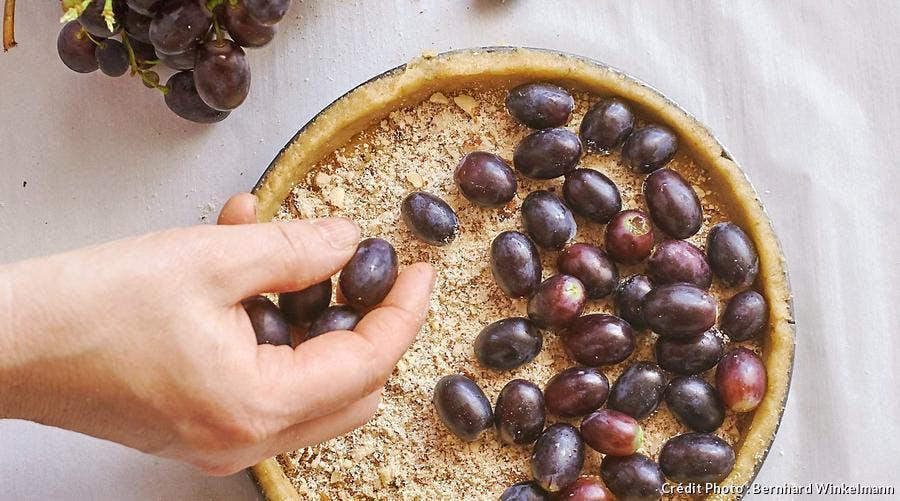 R67-christine-ferber-tarte-crumble-raisins-garnir-tarte-fruits_bw.jpg