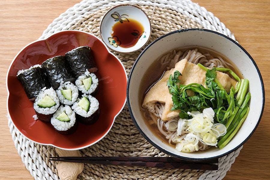 Table avec plats japonais