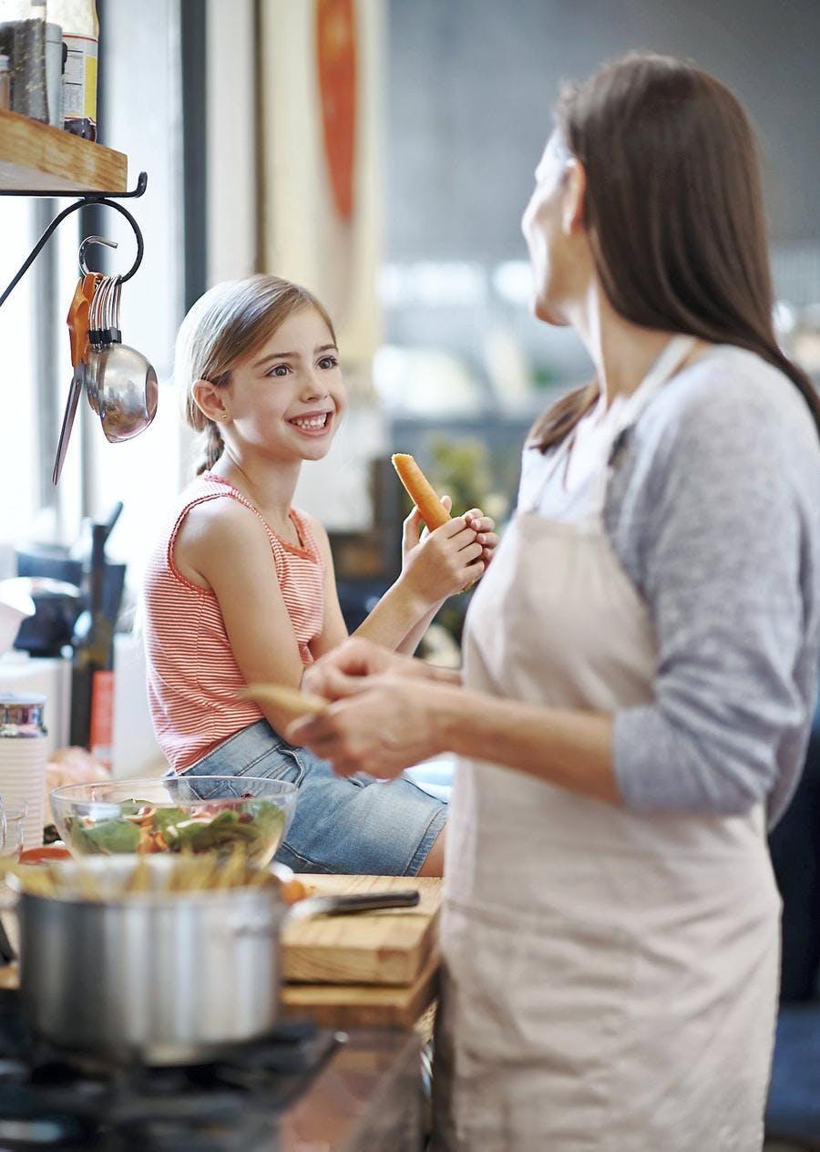 illust-femme-fille-cuisine-parler-legumes-preparer_is.jpg