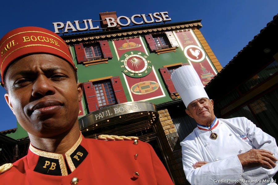 Paul Bocuse, pose devant son restaurant à Collonges au Mont d'Or