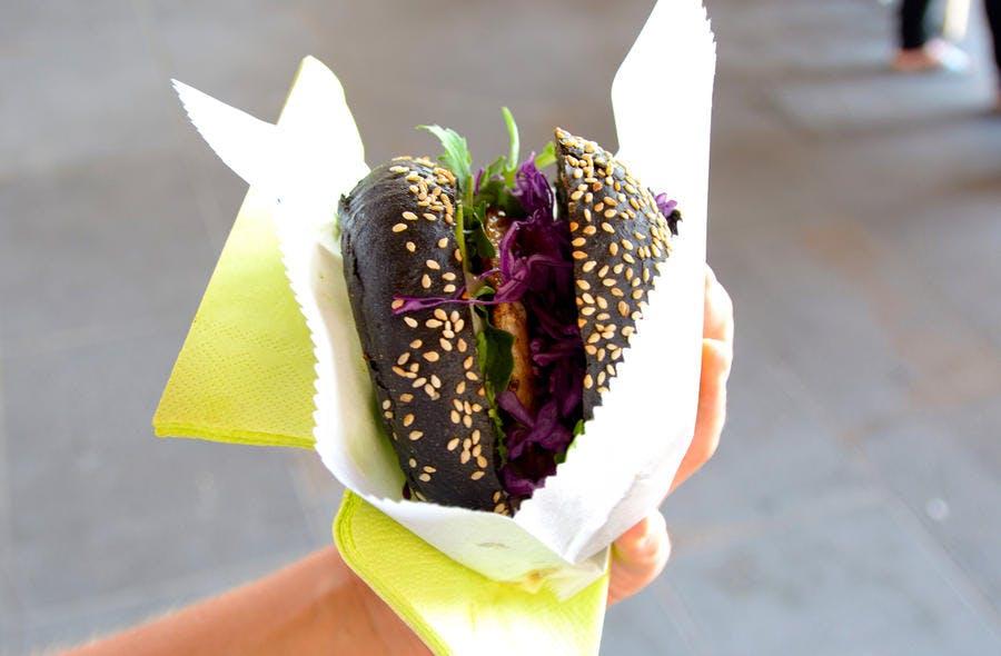 hamburger avec pain au charbon végétal