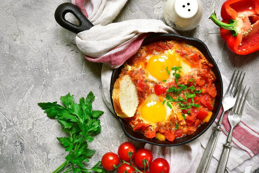 Ragoût oriental de tomates et oeufs au piment